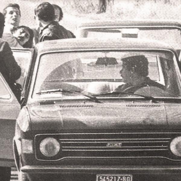 Nella versione del 1974 il lavoro è stato esposto in modo che guardando nel prisma compariva l'immagine di un ritaglio di giornale appeso ad una parete sull'arresto di Renato Curcio avvenuto lo stesso anno.
