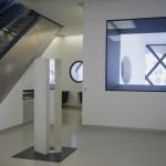Onde lunghe e brevissime: 'How do you feel?' (1971), cemento bianco al quarzo e plexiglass, Collezione Museo del Novecento, fotografia Emiliano Biondelli